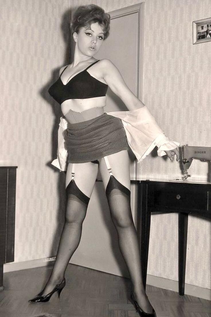 Starší žena v silonkách retro