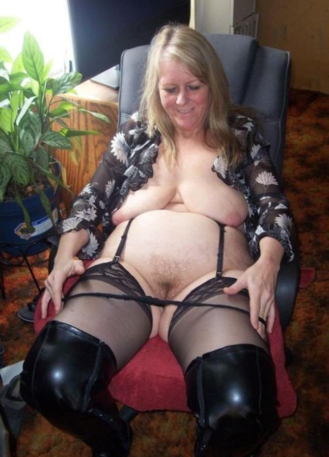Zralé ženy V Silonkách, Kalhotky (1)